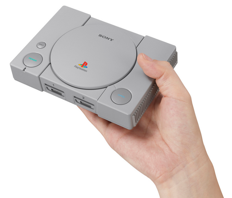 console-sony-playstation-classic-taille-dans-la-main