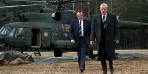 Chenrobyl - Valery Legasov et Boris Tcherbina arrivent sur les lieux en hélicoptère
